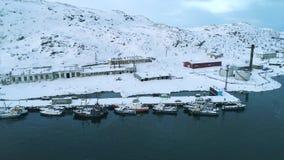 Visualizzazione della porta del villaggio polare Teriberka, video aereo di mattina di febbraio video d archivio