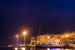Visualizzazione di notte della porta della città del ` s di Saranda al mare ionico immagine stock