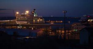 Visualizzazione di notte della porta con le navi da crociera stock footage