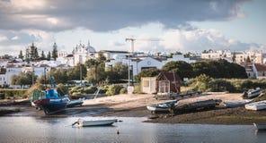 Visualizzazione di piccole porte di pesca di Tavira, Portogallo immagine stock