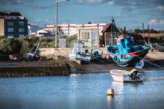 Visualizzazione di piccole porte di pesca di Tavira, Portogallo fotografia stock libera da diritti