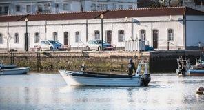 Visualizzazione di piccole porte di pesca di Tavira, Portogallo fotografia stock