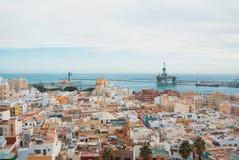 Visualizzazione panoramica aerea di vecchie città e porta di Almeria dalla colata Immagini Stock