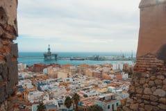 Visualizzazione panoramica aerea di vecchie città e porta di Almeria dalla colata Immagini Stock Libere da Diritti