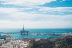 Visualizzazione panoramica aerea di vecchie città e porta di Almeria dalla colata Fotografie Stock