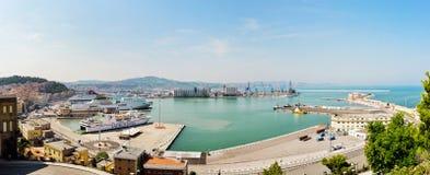Visualizzazione panoramica del porto commerciale di Ancona fotografia stock