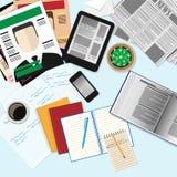 Visualizzazione superiore del posto di lavoro con i dispositivi del computer, riviste, newspape Fotografie Stock