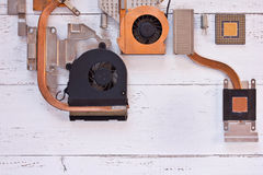 Visualizzazione superiore del sistema di raffreddamento dell'unità di elaborazione del computer su fondo di legno bianco Bordo el Fotografia Stock