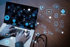 Visualizzazione superiore della mano di medico della medicina lavorando con il computer moderno illustrazione di stock