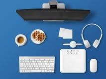 Visualizzazione superiore della scrivania con l'insieme del computer fotografie stock
