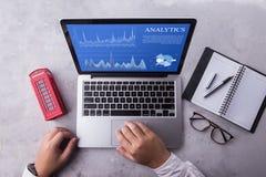 Visualizzazione superiore di un computer portatile dell'uomo d'affari con il concetto di dati di analisi dei dati sullo schermo fotografie stock
