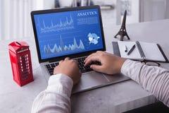 Visualizzazione superiore di un computer portatile dell'uomo d'affari con il concetto di dati di analisi dei dati sullo schermo immagine stock