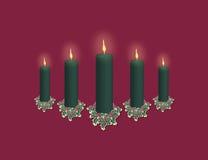 Visualizzazione verde della candela su colore rosso Immagini Stock