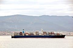 Visualizzazioni panoramiche della porta e della città di Gibilterra durante il giorno e la notte Genere di carico e di navi merca fotografie stock