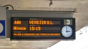 Visualizzi le informazioni al binario alla stazione ferroviaria di estremità archivi video