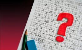 Visuellt hjälpmedel för begrepp för matematikproblemlösning matematiskt tecken och röd frågefläck arkivbilder