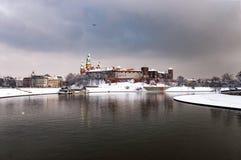 Visula flod och Wawel kulle i Krakow, Polen, i en molnig dag I Royaltyfri Foto
