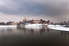 Visula-Fluss und Wawel-Hügel in Krakau, Polen, an einem bewölkten Tag I Lizenzfreies Stockfoto