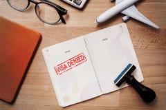 Visum en paspoort met ontkende zegel op een document hoogste mening stock foto
