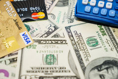 Visum och MasterCard kreditkortar och dollar Arkivbilder