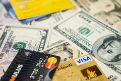Visum och MasterCard kreditkortar och dollar Royaltyfria Bilder