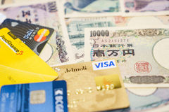 Visum- och MasterCard kreditkortar och japansk yen Royaltyfri Bild