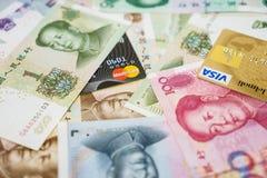 Visum- och MasterCard kreditkortar och kines Yuan Arkivbild
