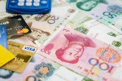Visum- och MasterCard kreditkortar och kines Yuan Arkivfoto