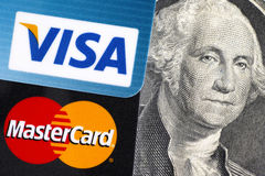 Visum och MasterCard på räkning för dollar 100 med Benjamin Franklin po Royaltyfri Foto