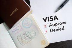 Visum och pass till godkänt som in stämplas på en bästa sikt för dokument arkivbild