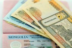 Visum till Mongoliet och mongoliska sedlar Arkivbild