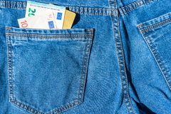Visumkaart met euro contant geld in jeanszak Stock Fotografie