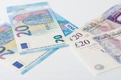 Visumkort, brittiska pund och euro på vit bakgrund Royaltyfri Fotografi