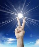 A vitória assina dentro o céu Imagem de Stock Royalty Free