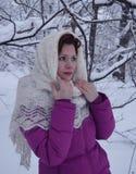 Vitória branca de sorriso bonita da neve da jovem mulher do retrato do sorriso dos povos da forma do cabelo da cara do parque nat Fotos de Stock