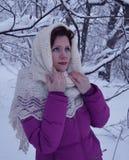 Vitória branca de sorriso bonita da neve da jovem mulher do retrato do sorriso dos povos da forma do cabelo da cara do parque nat Foto de Stock Royalty Free