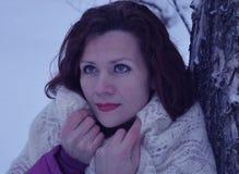 Vitória branca de sorriso bonita da neve da jovem mulher do retrato do sorriso dos povos da forma do cabelo da cara do parque nat Imagem de Stock