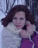 Vitória branca de sorriso bonita da neve da jovem mulher do retrato do sorriso dos povos da forma do cabelo da cara do parque nat Imagem de Stock Royalty Free