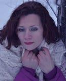 Vitória branca de sorriso bonita da neve da jovem mulher do retrato do sorriso dos povos da forma do cabelo da cara do parque nat Fotos de Stock Royalty Free