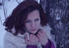 Vitória branca de sorriso bonita da neve da jovem mulher do retrato do sorriso dos povos da forma do cabelo da cara do parque nat Imagens de Stock