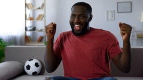 Vitória da equipe de futebol favorita, homem afro-americano que dança victoriously imagens de stock royalty free