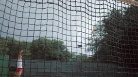 A vitória dos esportes, menina bem sucedida do adolescente do jogador de tênis bate a raquete na bola e corre-a até a rede com mã filme