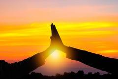 Vitória e conceito do sucesso, silhueta de ges da realização da mão Foto de Stock