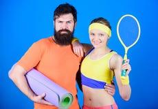 Vitória e sucesso Treinamento desportivo dos pares com esteira da aptidão e raquete de tênis Mulher feliz e exercício farpado do  imagens de stock royalty free