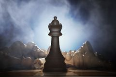 Vitória na xadrez Rainha na parte dianteira e muitas partes inoperantes no fundo 3D rendeu a ilustração Imagem de Stock Royalty Free