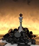Vitória! O rei branco em inimigos caídos. Imagens de Stock