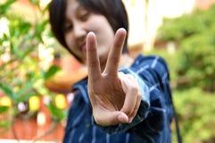 Vitória tailandesa nova do sinal das mostras das mulheres Fotografia de Stock