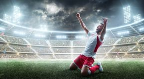 Vitórias do futebol O jogador de futebol profissional comemora o vencimento do estádio aberto esporte estádio 3d fotografia de stock royalty free