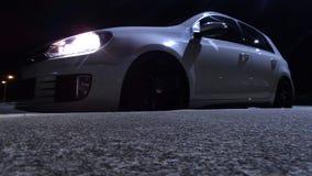 Vit ändrad bil på nattbluewash Fotografering för Bildbyråer