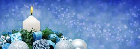 Vit Adventstearinljus och julgarnering Fotografering för Bildbyråer